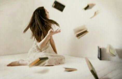 Bøger, der svæver omkring kvinde