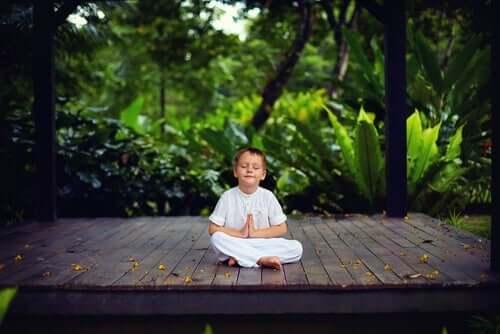 Barn, der mediterer