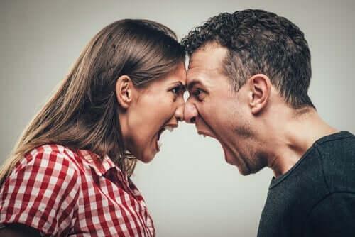 Mand og kvinde bruger råben som udtryksmiddel
