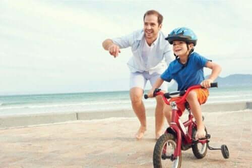 Far, der lærer søn at cykle