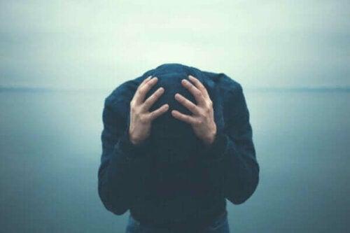 Frustreret hætteklædt mand