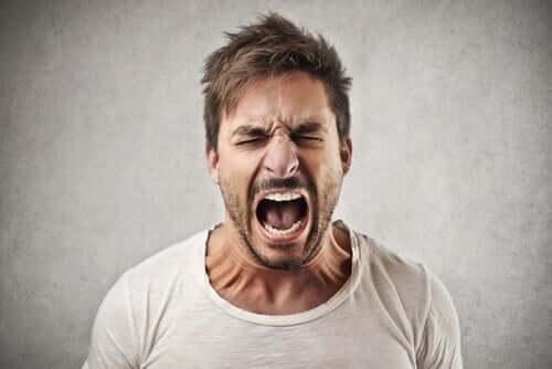 Mand råber