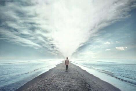 Mand, der går langs havet