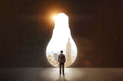 Mand, der kigger gennem vindue formet som en elpære