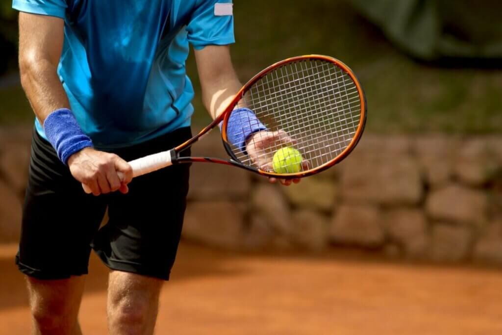 Mand, der spiller tennis