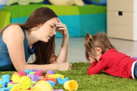 Opgivende mor og barn i leg