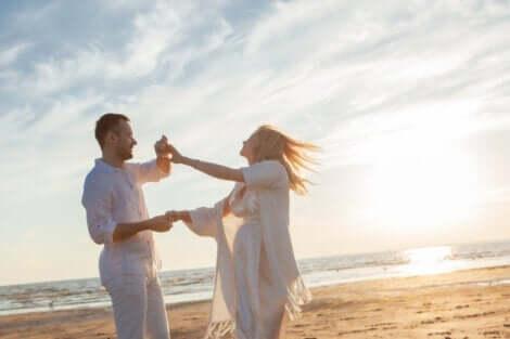 Par, der danser på strand