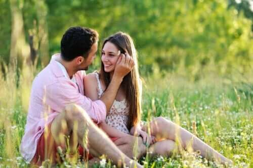 Par, der sidder på eng