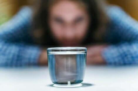 Person, der stirrer på glas med vand