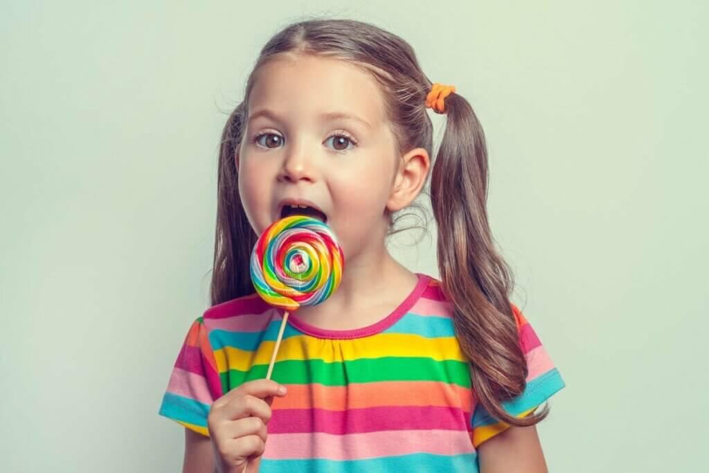 Pige med en stor slikkepind