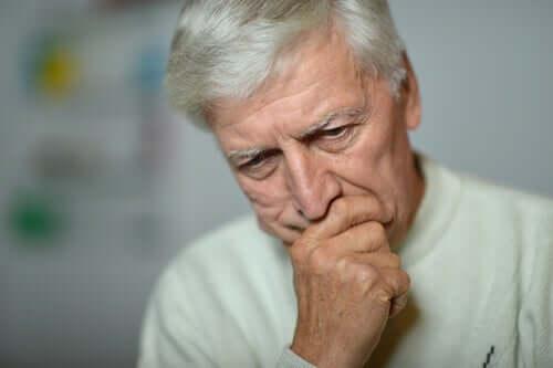 Ældre mand er bekymret over langtidsledighed