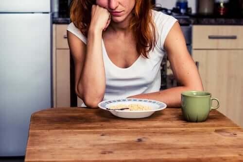 Kvinde spiser af kedsomhed