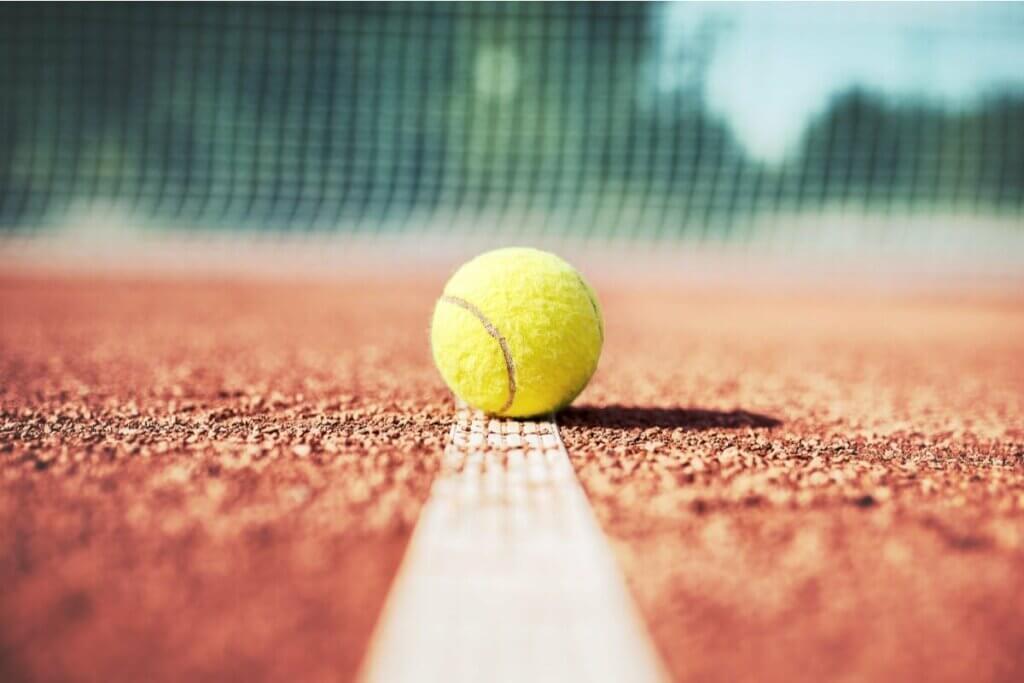 Tennisbold på bane