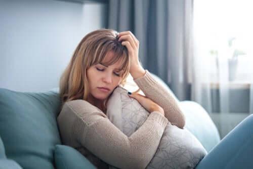 Trist kvinde i sofa
