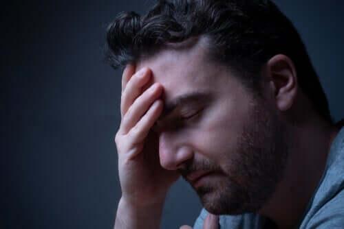 Trist mand tager sig til hoved