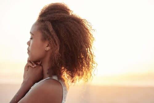 Kvinde med lukkede øjne træner følelsesmæssig selvregulering