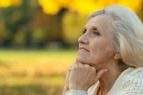 Ældre kvinde, der nyder naturen