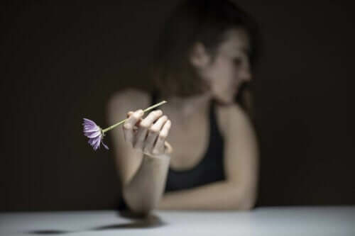 Kvinde i mørke opelver selvdestruktiv tilpasning