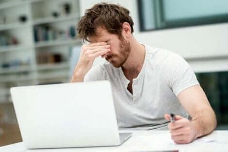 Træt mand ved computer oplever abuli
