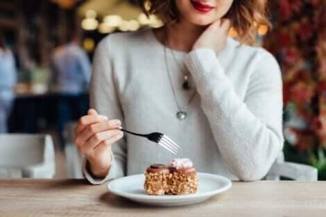 Kvinde med kage er styret af forskellige typer af appetit