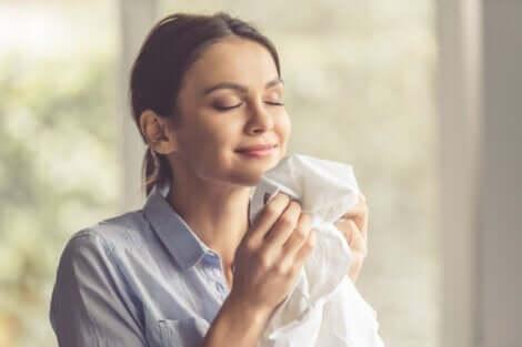 Kvinde, der dufter til trøje, opelver olfaktorisk hukommelse