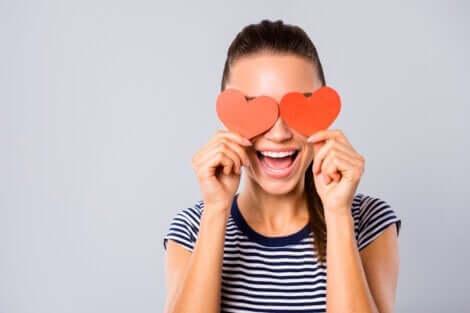 Kvinde med hjerter for øjnene symboliserer at sætte en anden på en piedestal