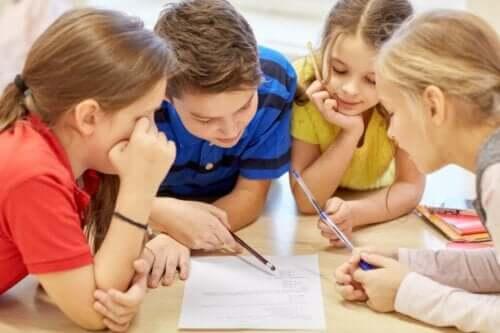 Børn der arbejder sammen om opgave