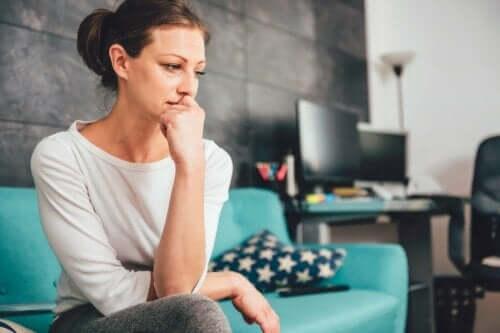 Bekymret kvinde i sofa