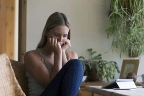 Bekymret ung kvinde