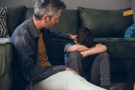 Far, der trøster sin søn