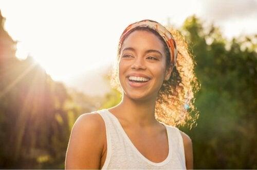 Glad kvinde smiler udenfor