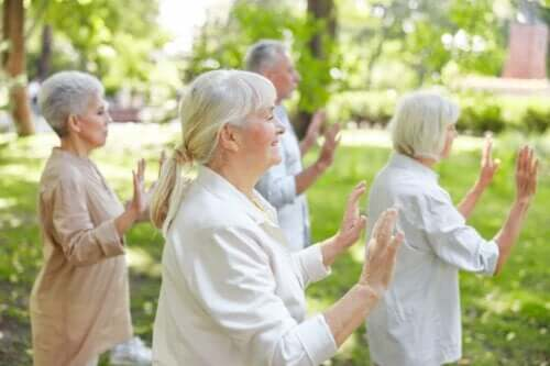 Gruppe ældre, der praktiserer Qigong