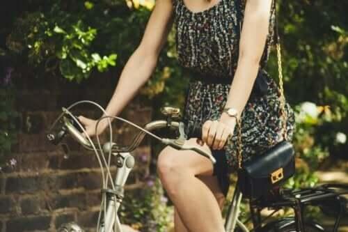 Kvinde, der cykler