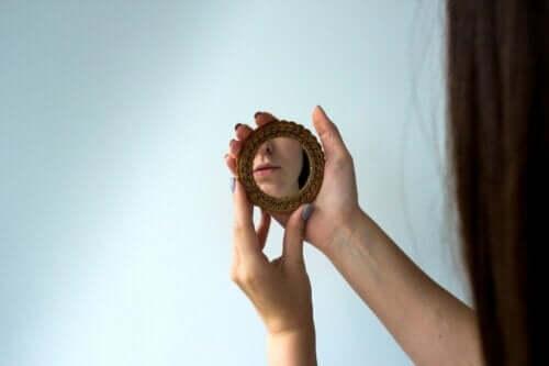 Kvinde, der kigger i et lille spejl