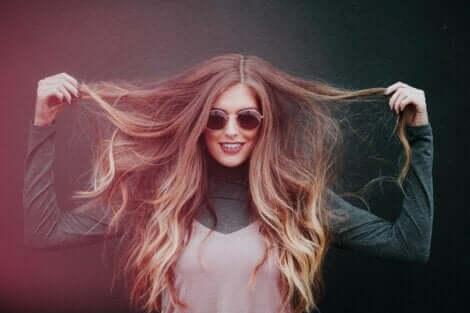 Kvinde, der løfter op i sit lange hår