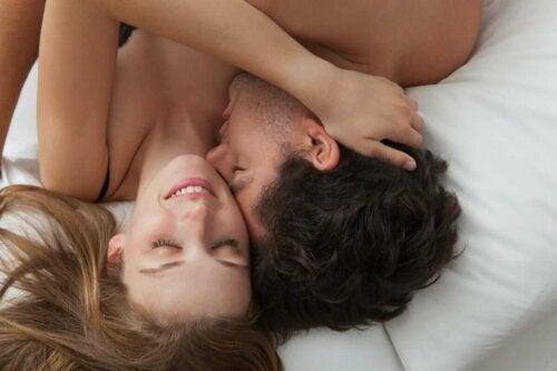 Mand og kvinde, der ligger tæt i seng