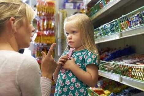 Mor, der retter på datter i supermarked