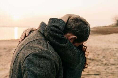 Par, der krammer på strand