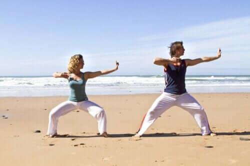 Par, der træner på strand