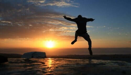 Person, der hopper ved solnedgang