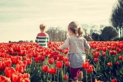 Små børn i blomstermark