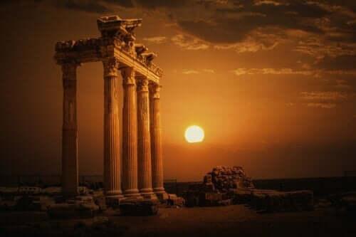 Solnedgang ved gammelt tempel