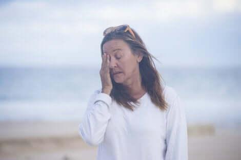 Træt kvinde ved strand