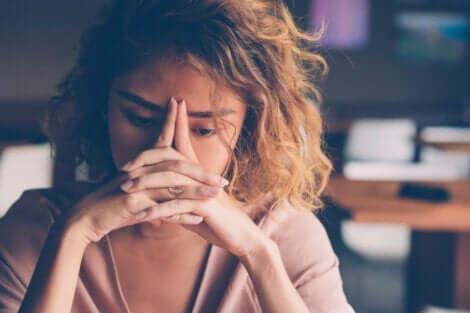 Trist kvinde, der tænker