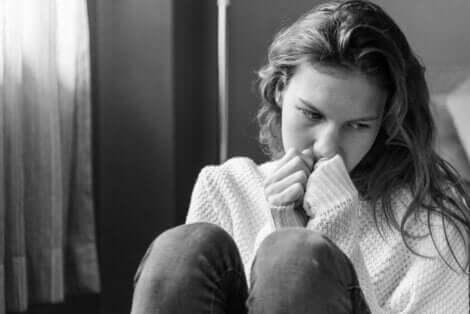 Trist ung kvinde symboliserer, hvordan folk skader sig selv