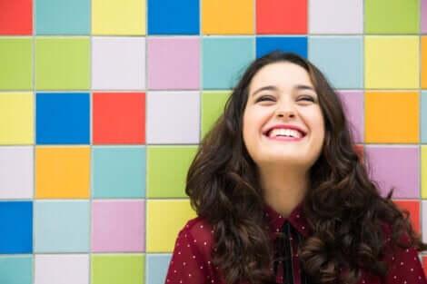 Ung kvinde, der griner