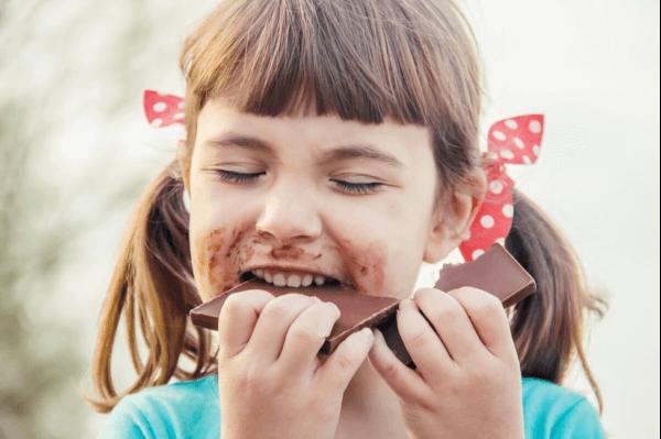 Pige, der spiser chokolade, smager med hjernen