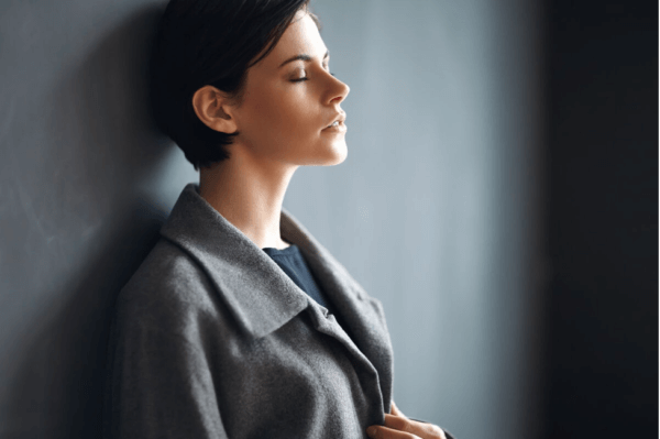 Kvinde med lukkede øjne prøver at vænne sig til forandringer i livet