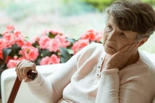 En ældre kvinde påvirket af demenssymptomer