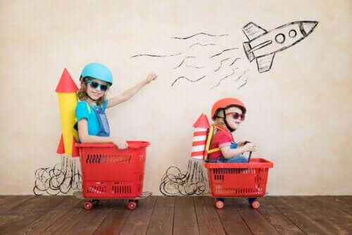 Symbolsk tænkning: To børn leger, at indkøbskurve er rumraketter